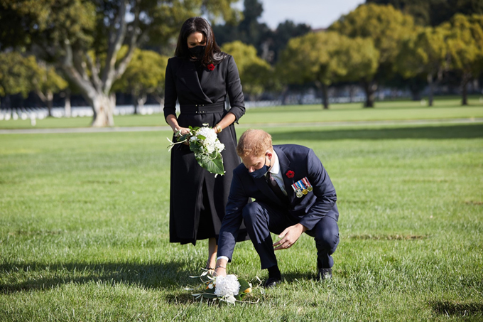 Harry và Meghan đặt hoa tưởng niệm những binh lính hy sinh trong chiến tranh ở nghĩa trang