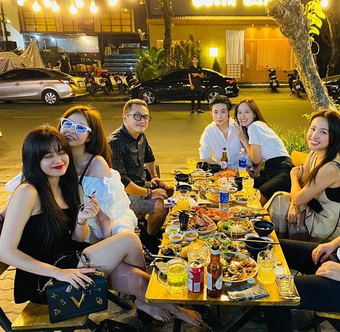 Hoàng Thùy Linh - Gil Lê tụ tập ăn uống cùng hội bạn thân.