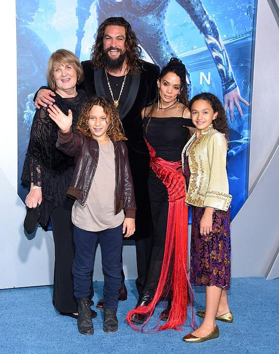 Tài tử Aquaman bên mẹ và vợ con.
