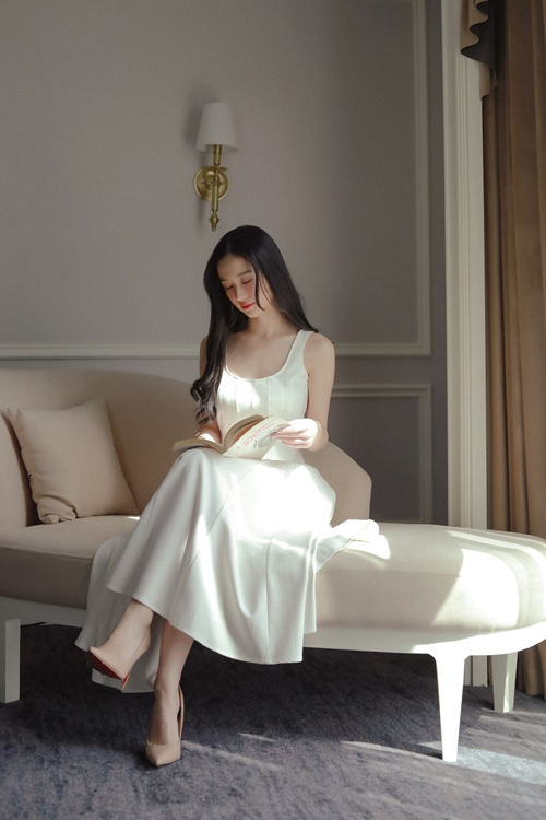 Trước Chìa khóa trăm tỷ, Jun Vũ từng gây ấn tượng nhờ nhan sắc xinh đẹp trong phim Tháng năm rực rỡ, nhưng gây tranh cãi về diễn xuất còn hạn chế, giọng thoại thiếu cảm xúc trong hai phim Người bất tử, Gái già lắm chiêu 3. Dịp Tết Nguyên đán 2021, cô sẽ hội nhgooj khán giả qua phim Gái già lắm chiêu V.