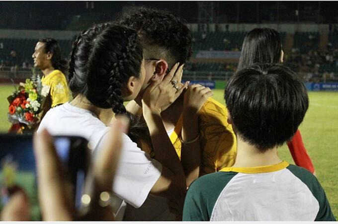 Lâm Vỹ Dạ hôn ông xã Hứa Minh Đạt sau trận đấu bóng đá.