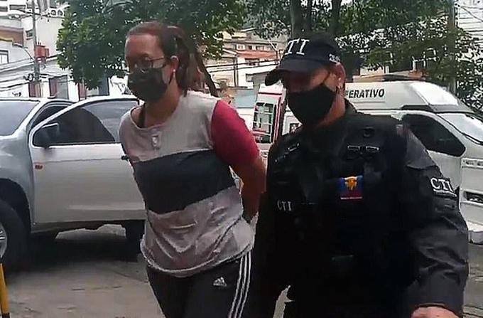 Một trong số những phụ nữ được tổ chức Los Cirujanos tuyển dụng để buôn lậu ma túy bị cảnh sát bắt giữ. Ảnh: Newsflash.