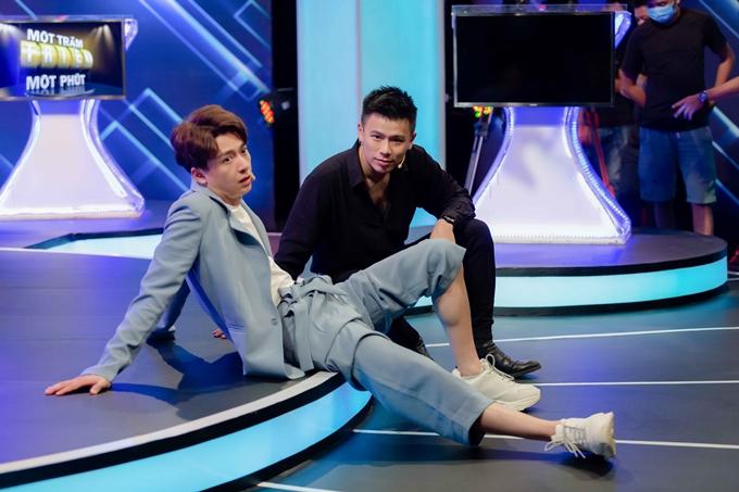 Ngô Kiến Huy xắn quần, ngồi bệt dưới sàn sân khấu trong giờ giải lao cùng diễn viên Trần Anh Huy.