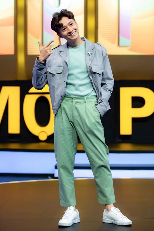 Ngoài công việc ca hát và dóng phim, Ngô Kiến Huy còn đắt show MC trên truyền hình. Gameshow trí tuệ 100 triệu 1 phút là một trong các chương trình do anh dẫn dắt.
