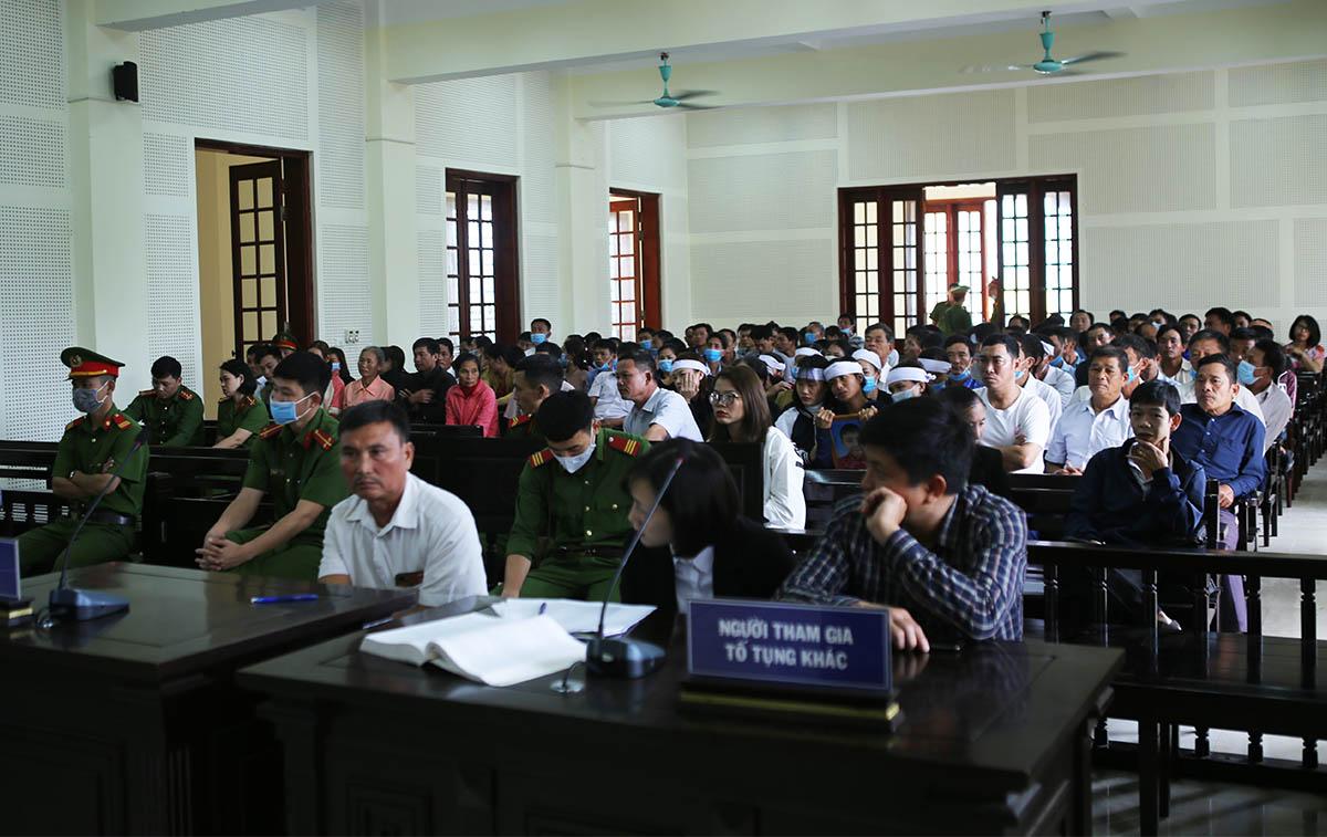Rất đông người nhà nạn nhân tham dự phiên xử. Ảnh: Anh Thư