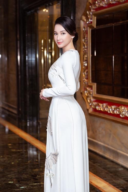 Quỳnh Chi khoe vóc dáng với áo dài.