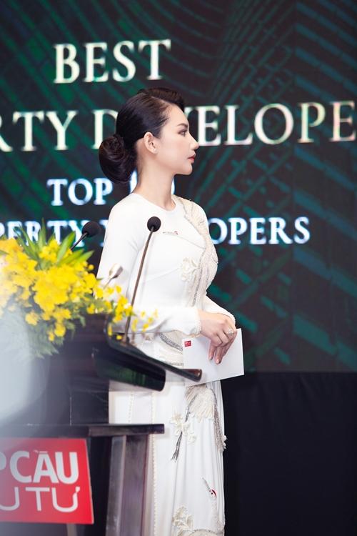 Với tư cách doanh nhân, cô được mời dự sự kiện và trao giải. Quỳnh Chi chia sẻ với Ngoisao.net Covid-19 ảnh hưởng nhiều tới các kế hoạch làm ăn của cô. Cuối năm 2019, Quỳnh Chi cùng bạn đầu tư một nhà hàng ở quận 2, TP HCM. Không gian vừa hoàn thiện thì dịch bùng phát. Các dự án bất động sản khác của cô cũng khó thanh lý và sinh lời theo chu kỳ như mọi năm.