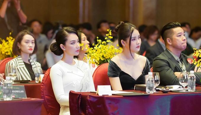 Hai người đẹp  theo dõi sự kiện từ ghế khách mời VIP.