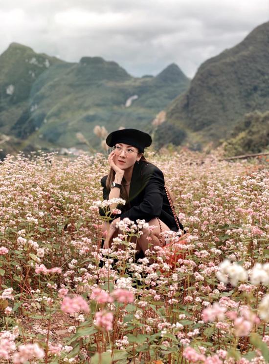 Yến Nhi - em gái Yến Trang - chìm trong sắc hoa tam giác mạch lãng mạn. Thời điểm cả đoàn khởi hành, thời tiết Hà Giang khá đẹp, không mưa và chưa quá lạnh, thuận tiện cho việc di chuyển.