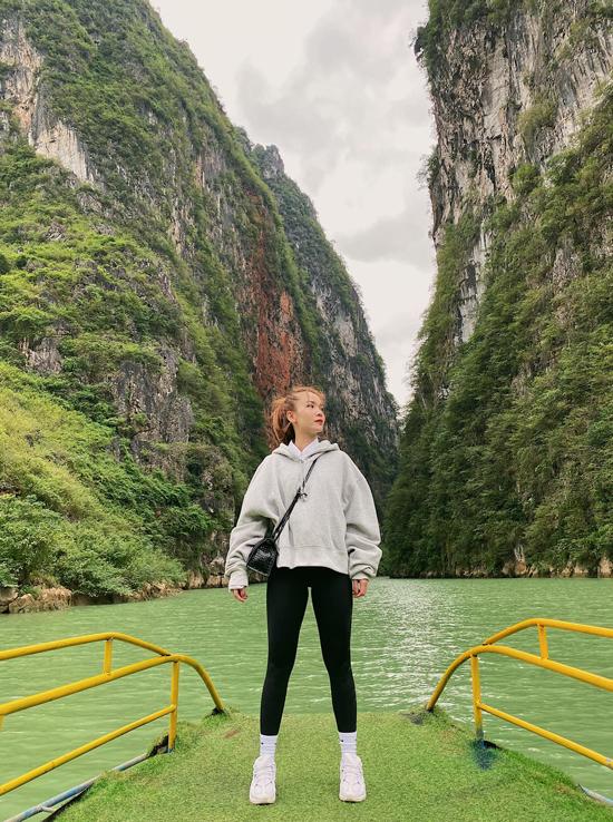 Điểm dừng chân tiếp theo là sông Nho Quế - dòng sông biểu tượng của vùng đất địa đầu. Để đến được bến thuyền, hai chị em Song Yến và Quang Vinh phải trải qua quãng đường khá khó đi. Yến Trang cho biết, con đường khá đáng sợ với cô, quãng đường 10 km, thuê xe ôm người bản địa cho an toàn. Giá là 150.000 đồng khứ hồi.