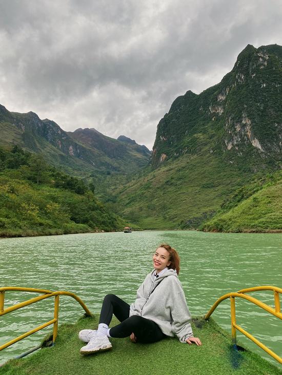 Thuyền trên sông Nho Quế có giá 100.000 đồng/người, sức chứa 30 người. Nhưng do đi vào ngày vắng nên cả đoàn 7 người thuê nguyên chiếc để dừng chụp ảnh thoải mái.