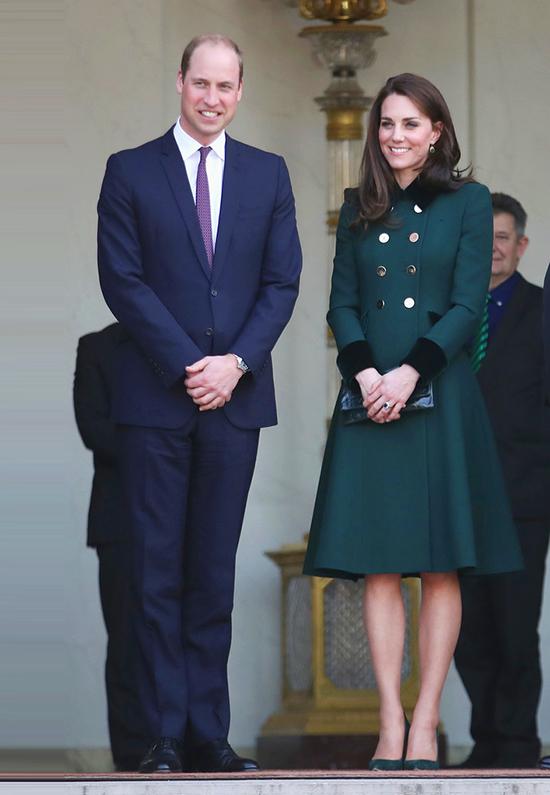 Kate mặc một chiếc áo khoác dài màu xanh lá cây trong chuyến thăm với Tổng thống Pháp lúc bấy giờ là Francois Hollande tại Điện Elysee ở Paris vào năm 2017.