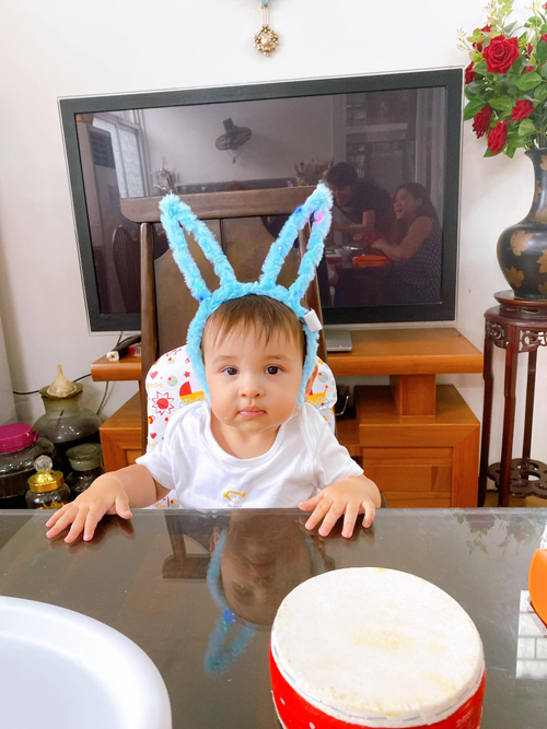 Henryk được mẹ đeo bờm thỏ trong dịp trung thu năm nay. Cậu bé hút fan của mẹ vì biểu cảm đáng yêu.