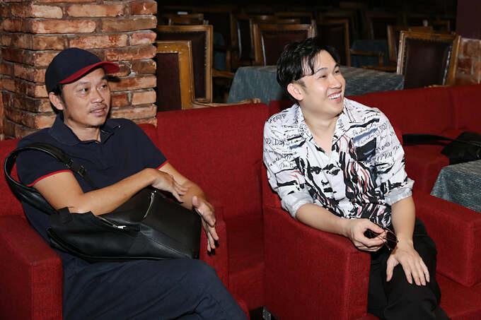 Nghệ sĩ Hoài Linh mặc giản dị đến phòng trà tập nhạc cùng em trai Dương Triệu Vũ.