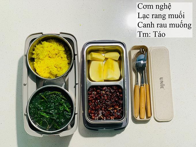 Một bữa cơm cho ngày chống ngán. Chị Hòa tăng lượng rau xanh, hoa quả và nguồn đạm thực vật từ món lạc rang mặn.