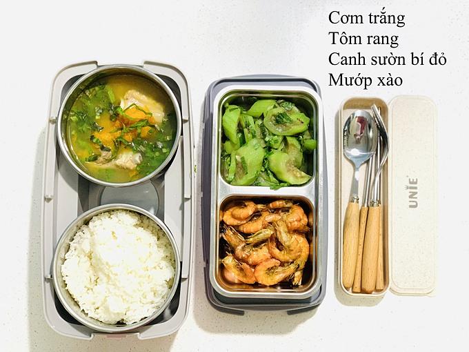 Mỗi hộp cơm chị Hòa nấu cho chồng thường gồm 4 món chính tương ứng với các nhóm chất cần thiết: cơm - tinh bột, thức ăn mặn - đạm, protein, canh - vitamin và hoa quả tráng miệng.