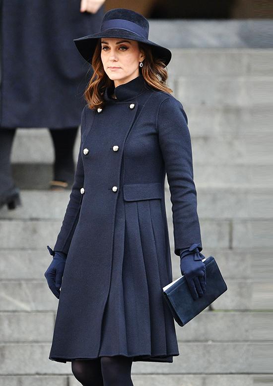 Kate trông hoàn hảo tại Lễ tưởng niệm Tháp Grenfell năm 2017 khi mặc áo khoác đen.