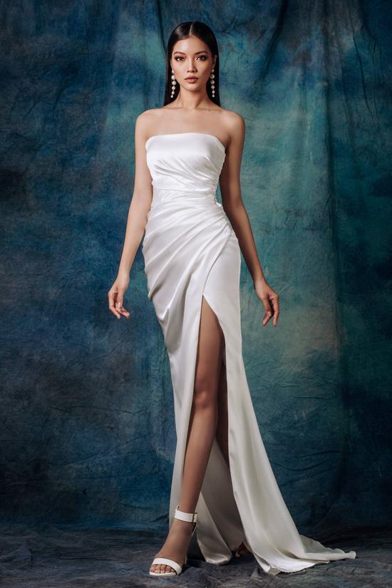 Trang phục dành cho mùa lễ hội cuối năm được xây dựng trên các tông màu trắng, vàng gold, điểm xuyết là vải sequins lấp lánh.