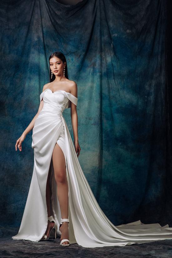 Song song với các thiết kế có độ bắt sáng cao, giúp phái đẹp tỏa sáng trong tiệc tối là váy dạ hội cúp ngực và cut-out sắc nét.