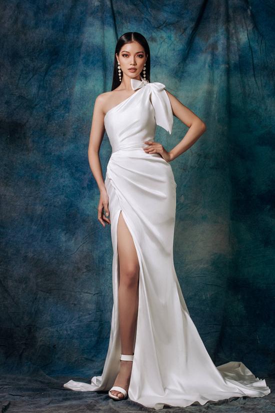Kh sử dụng vải lụa đeon sắc để thiết kế váy dạ hội, nhà thiết kế tập trung vào kỹ thuật draping và chăm chút cho cách tạo phom tôn đường cong người mặc.