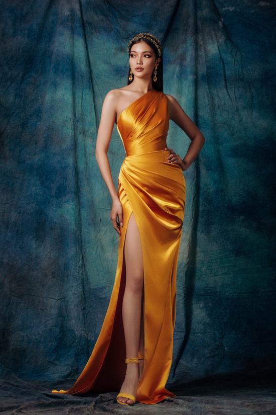 Bộ sưu tập gồm 12 mẫu váy, dễ chiều lòng phái đẹp bởi cách xử lý phom khéo léo, chọn lựa chất liệu đa dạng.