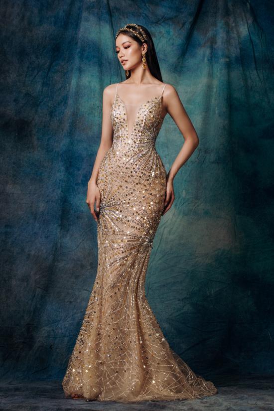 Với thế mạnh xử lý chất liệu cùng cách tạo dáng hình cho từng chiếc váy. Nhà mốt Việt mang đến tỷ lệ hình thể hoàn hảo cho phái đẹp khi khoác lên mình trang phục của anh.