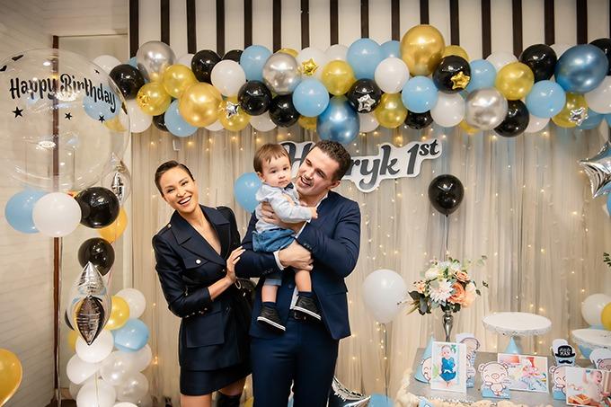 Henryk bên bố mẹ trong tiệc sinh nhật sớm ở Hà Nội cách đây vài hôm.