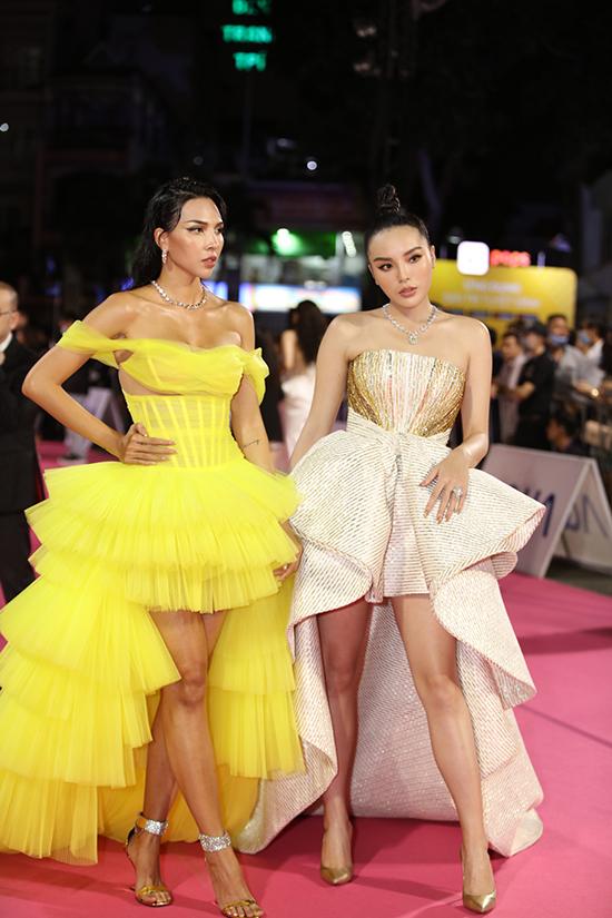 Hoa hậu Kỳ Duyên sánh đôi cùng người mẫu Minh Triệu. Cả hai coi nhau như tri kỷ, người thân từ nhiều năm nay và thường xuyên đồng hành trong các sự kiện.