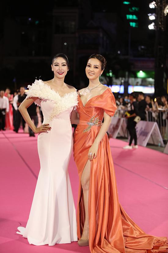 Hai giám khảo - Hoa hậu Hà Kiều Anh và á hậu Thuỵ Vân. Hà Kiều Anh nhận xét cả 35 thí sinh đều có bản lĩnh, kiến thức, sự tự tin.