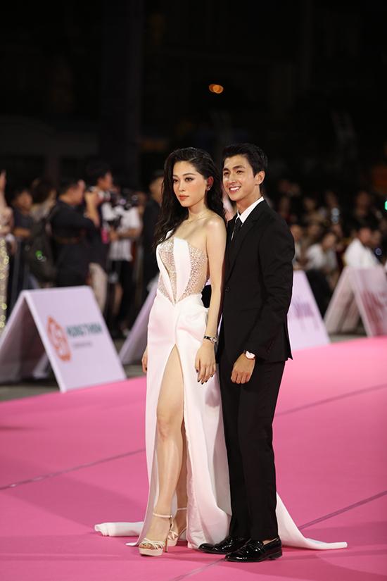 Á hậu Phương Nga sánh đôi bạn trai, diễn viên Bình An trên thảm đỏ. Người đẹp hoàn thiện phong cách với đồng hồ hơn 800 triệu đồng trong khi nam diễn viên 'Gái già lắm chiêu' đeo một thiết kế trị giá 750 triệu đồng.
