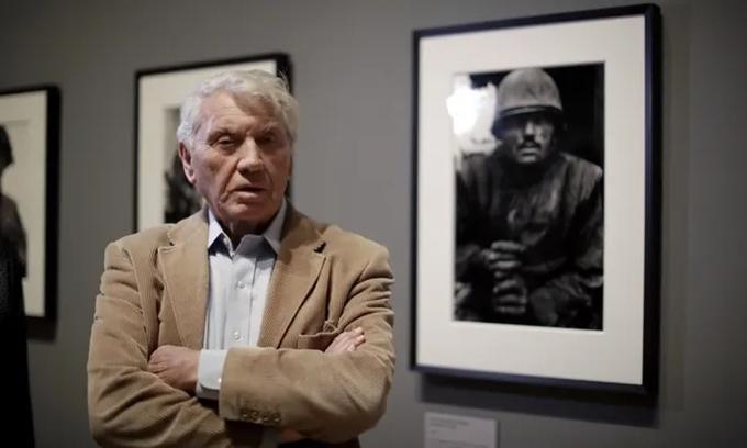 Nhiếp ảnh gia - phóng viên ảnh Don McCullin bên bức ảnh chân dung lính Mỹ tham chiến tại Việt Nam.