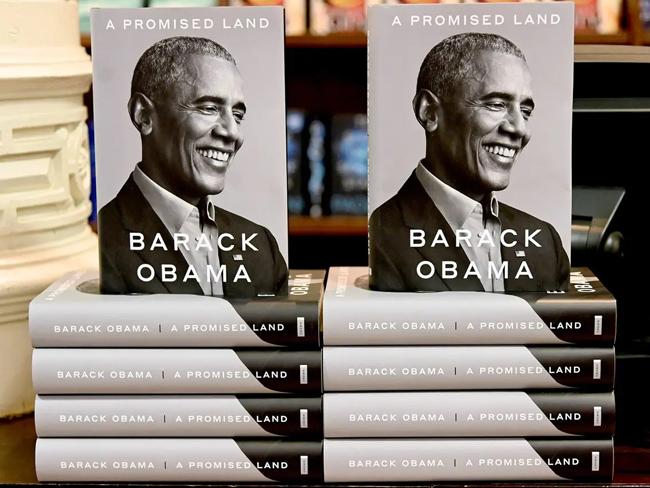 Cuốn hồi ký A Promised Land của cựu Tổng thống Barack Obama được trưng bày tại một nhà sách ở Washington D.C, Mỹ. Ảnh: BI.