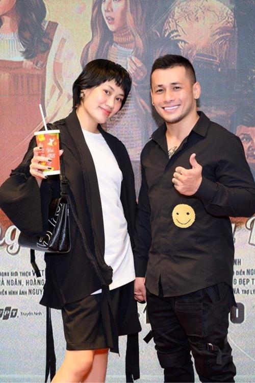 Vợ chồng stylise Pông Chuẩn - diễn viên Tùng Min cùng nhau xem phim.