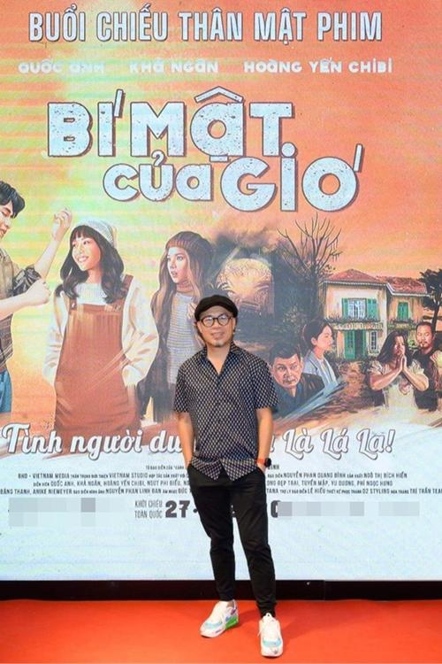 Nhạc sĩ Huy Tuấn có mặt từ sớm đợi xem phim Bí mật của gió.