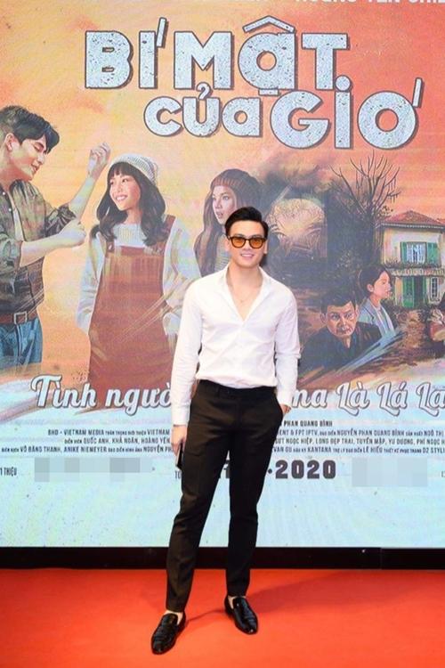 Tối 19/11, người mẫu - diễn viên Lê Xuân Tiền đến dự buổi chiếu thân mật của phim Bí mật của gió tại TP HCM.