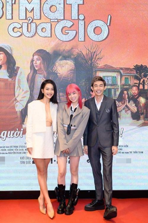 Nữ DJ Mie và nam diễn viên hài Hồng Thanh tới chúc mừng Khả Ngân.