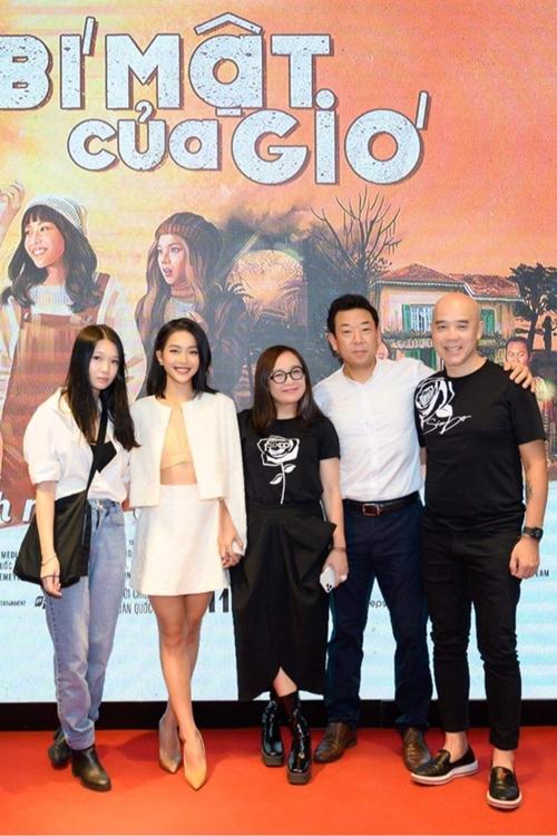 Nguyễn Phan Linh Đan - đạo diễn hình ảnh của phim (bìa trái) cùng Khả Ngân nhận lời chúc từ các khách mời của sự kiện.