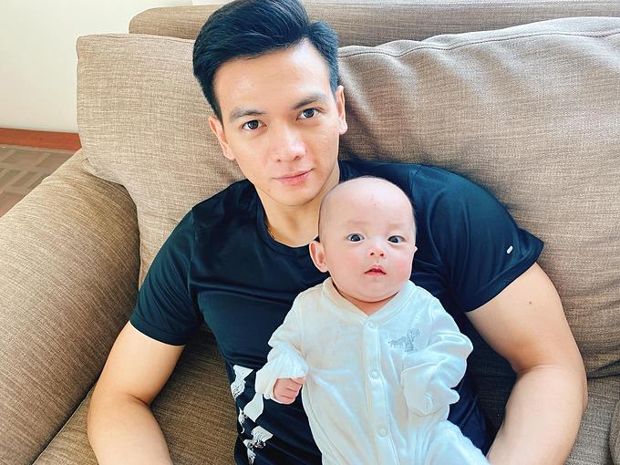 NTK Đỗ Mạnh Cường đăng ảnh con trai nuôi bên người mẫu Lê Xuân Tiền và hỏi: Nhiều người nói Rồng giống chú Lê Xuân Tiền, có giống không cả nhà ơi?.