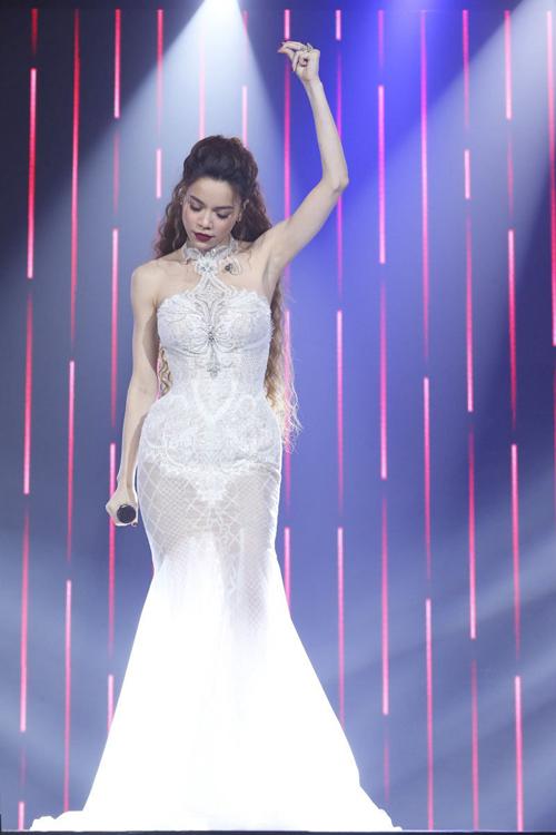 Bộ cánh lấy cảm hứng từ áo yếm, được đắp ren họa tiết đăng đối cùng các hạt đá điểm xuyết giúp nữ ca sĩ nổi bật khi biểu diễn các ca khúc trên sân khấu.