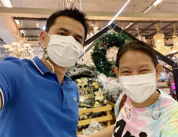 Kiatisuk đăng ảnh đi mua sắm với bà xã sáng 20/11. Ảnh: Instagram.