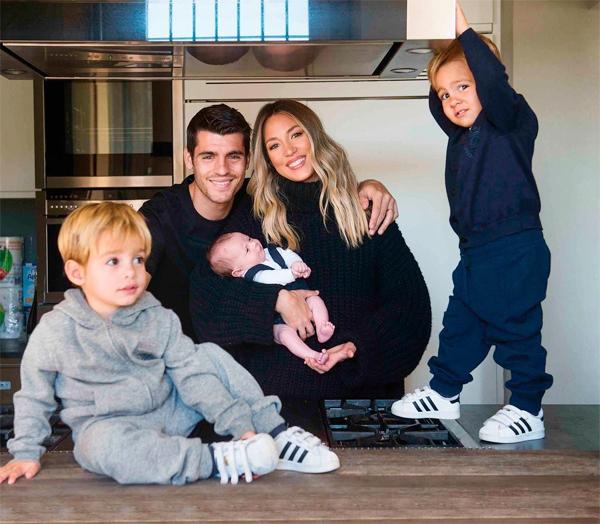 cặp sao hạnh phúc bên ba cậu con trai. Ảnh: Instagram.