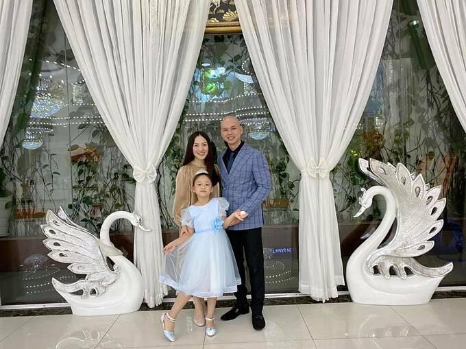 Ca sĩ Phan Đình Tùng hạnh phúc bên vợ và con gái.