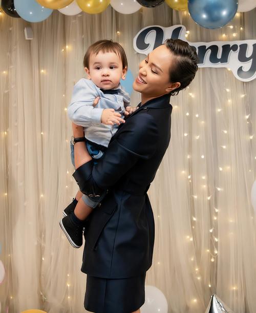 Phương Mai còn tiết lộ Henryk thích được mẹ ẵm mọi lúc, mọi nơi. Sau tiệc sinh nhật sớm cho Henryk, vợ chồng Phương Mai dự định làm thêm bữa tiệc khác vào đúng ngày cậu bé chào đời 21/11 tại TP HCM.
