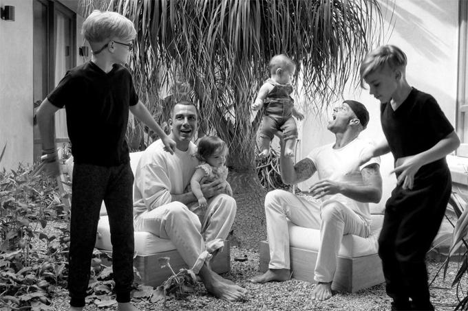 Ricky Martin bên chồng và bốn nhóc tỳ.