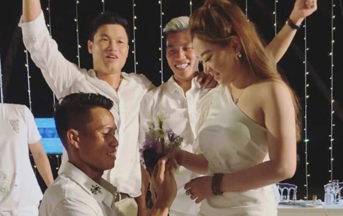 Văn Sơn quỳ gối cầu hôn bạn gái.