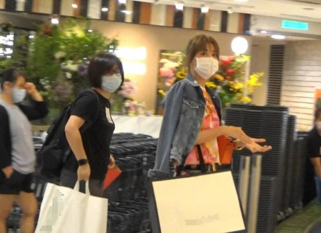 Lý Thái Hoa đi mua đồ hôm 19/11.