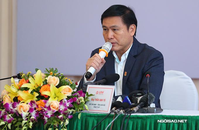 Chủ tịch VPF Trần Anh Tú trao đổi với báo chí sáng 20/11. Ảnh: Đương Phạm.