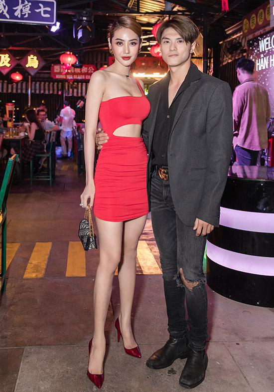 Linh Chi - Lâm Vinh Hải vẫn dính như sam sau 4 năm bên nhau. Cặp đôi đã đăng ký kết hôn nhưng chưa có kế hoạch tổ chức đám cưới.