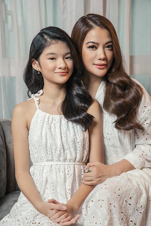 Trương Ngọc Ánh và con gái.