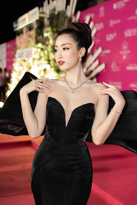 Kết hợp cùng bộ cánh tuyền sắc đen, Kye Nguyễn đã chọn bộ trang sức